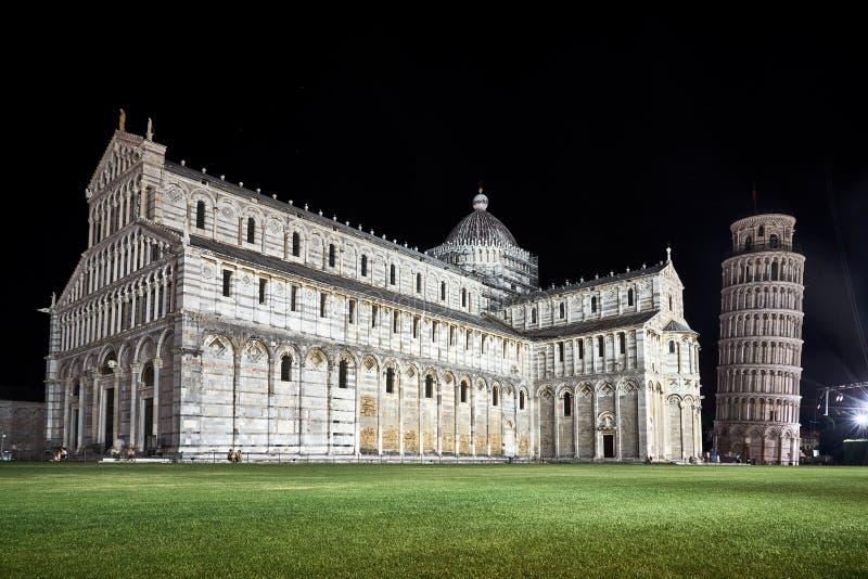 A torre inclinada e a catedral em Pisa imagens de stock royalty free