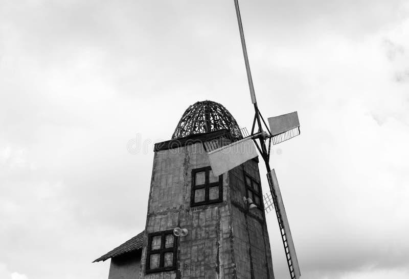 Torre isolada preto e branco do moinho de vento fotografia de stock