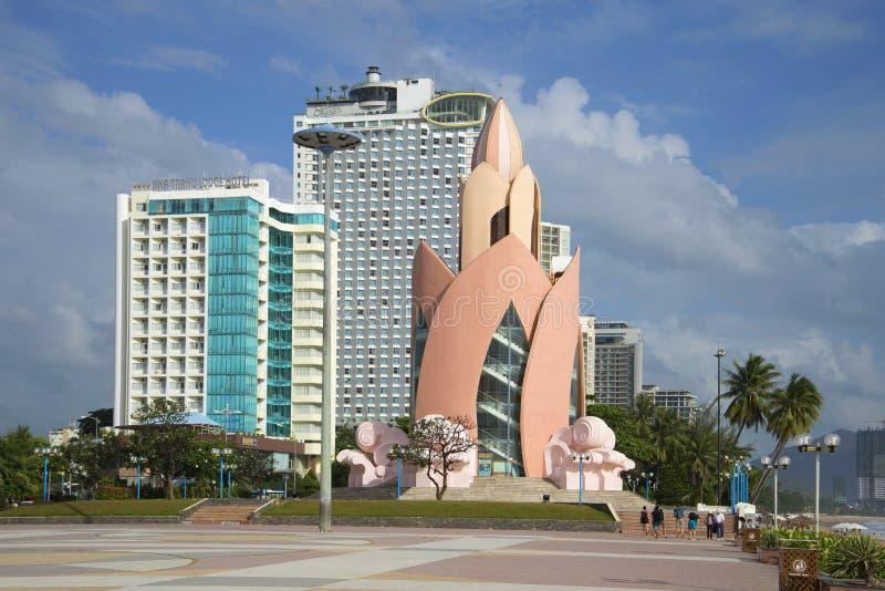 Torre Lotus no quadrado central de Nha Trang vietnam foto de stock