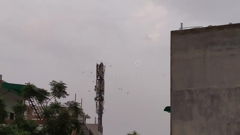 Torre móvel perto da radiação da causa das casas imagens de stock royalty free
