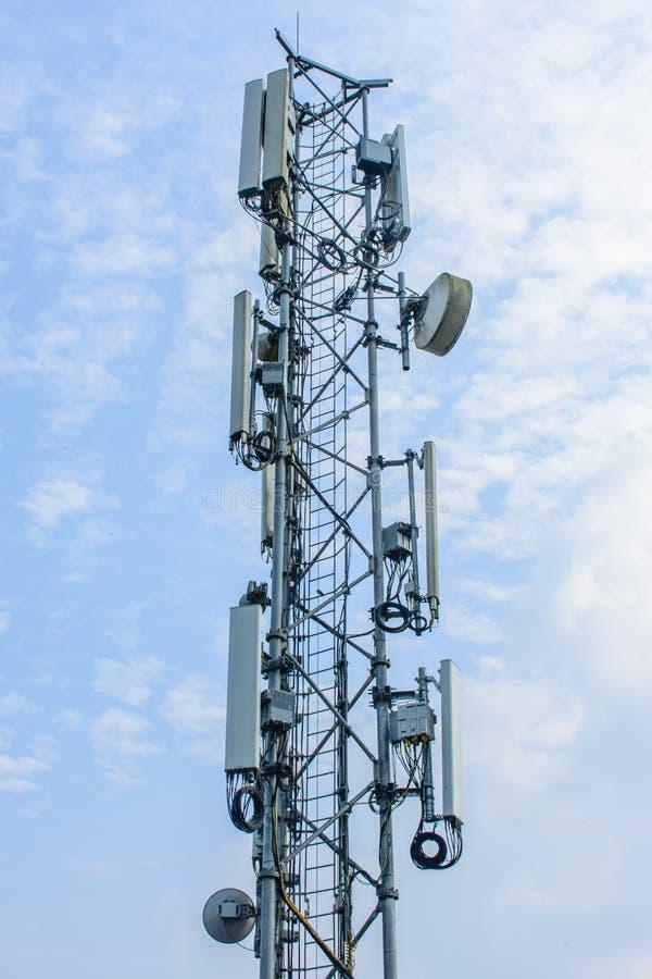 Torre móvil de las telecomunicaciones con el cielo azul imagen de archivo