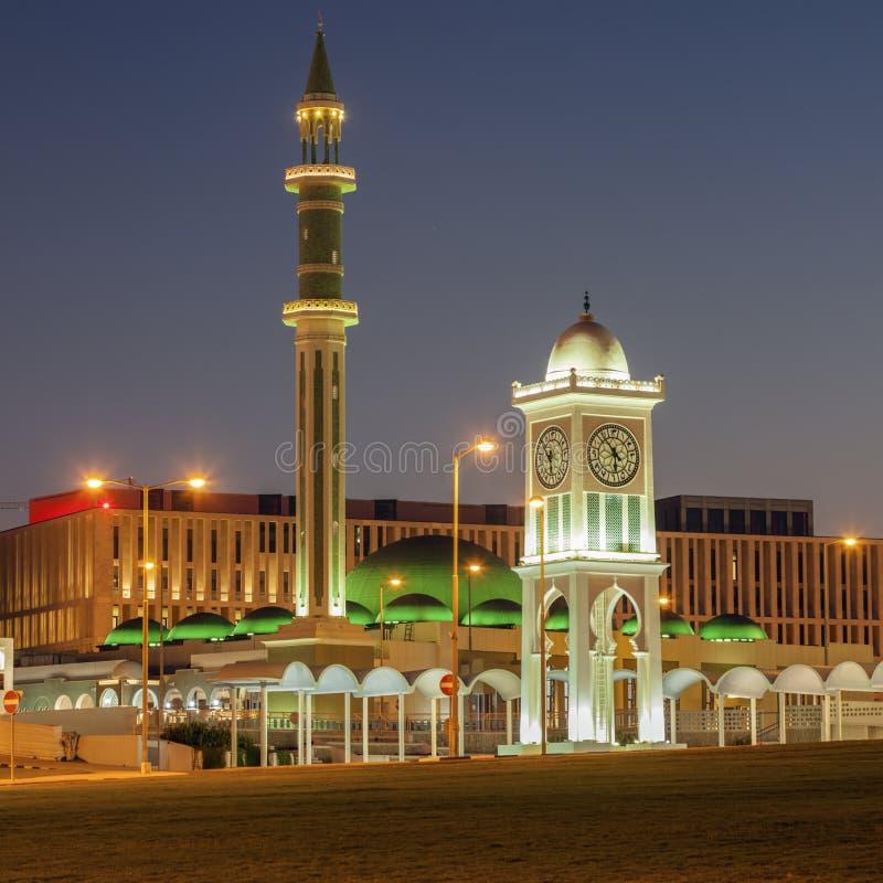 Torre magnífica de la mezquita y de reloj en Doha en Doha imagen de archivo libre de regalías