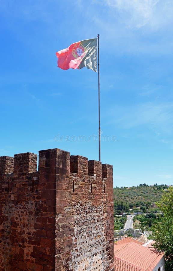 Torre medieval do castelo com bandeira, Silves, Portugal fotografia de stock royalty free
