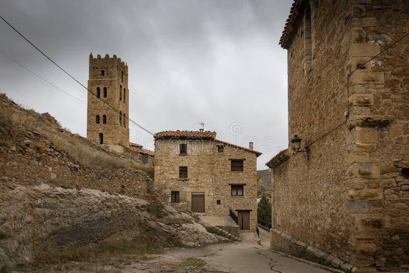 Torre medieval e casas velhas em Villarroya de los Pinares foto de stock