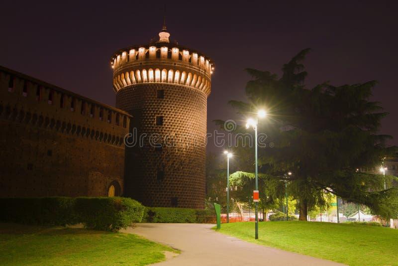 Torre medievale del castello di sfortsa nellilluminazione di notte