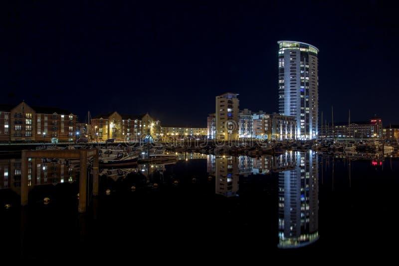 Torre meridiana no porto de Swansea na noite fotografia de stock royalty free