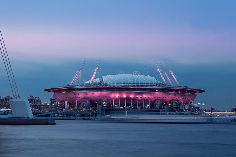 Torre moderna de la arquitectura en un fondo de la puesta del sol St Petersburg Rusia resplandor de luces, panorama de la ciudad  imagen de archivo