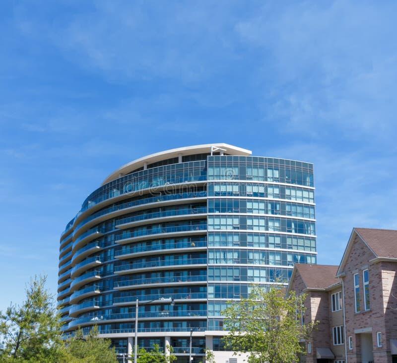 Torre moderna de la propiedad horizontal imagenes de archivo