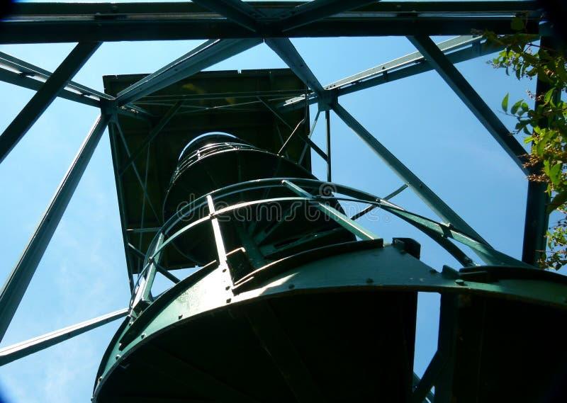Torre moderna dell'allerta come struttura d'acciaio nella prospettiva ripida fotografia stock libera da diritti