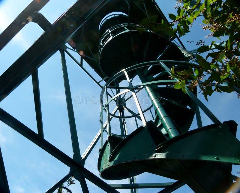 Torre moderna dell'allerta come struttura d'acciaio nella prospettiva ripida 2 fotografia stock