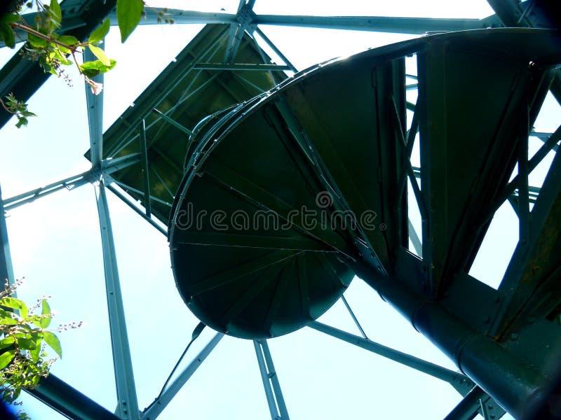 Torre moderna dell'allerta come struttura d'acciaio nella prospettiva ripida 3 immagine stock libera da diritti