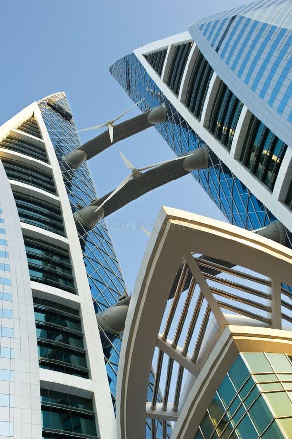 Torre moderna do escritório com turbinas imagens de stock royalty free