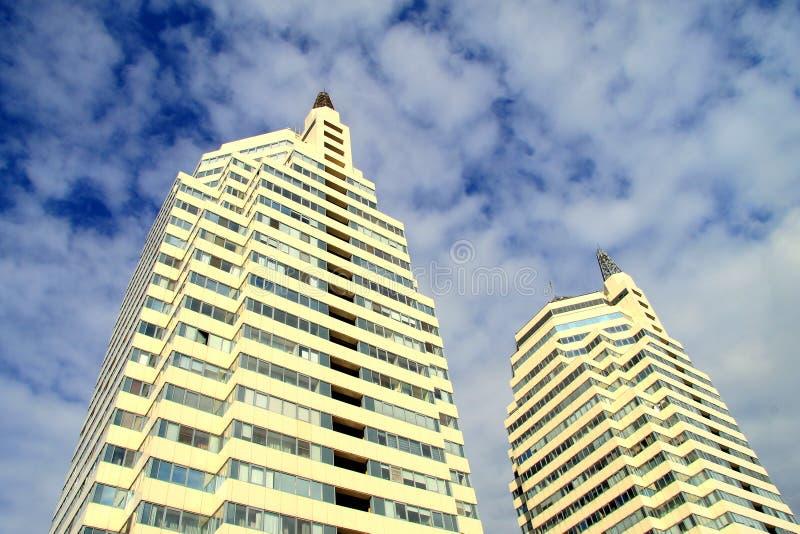 Torre moderna en un fondo de nubes, ciudad de Dnepr, Ucrania imagen de archivo libre de regalías