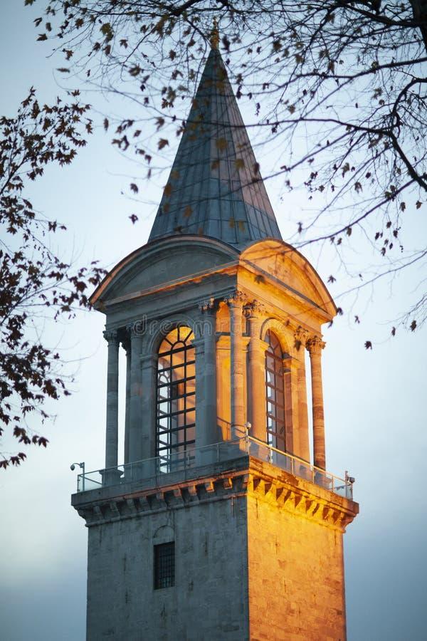 Torre na noite, Istambul do palácio de Topkapi, Turquia - em dezembro de 2014 imagens de stock royalty free