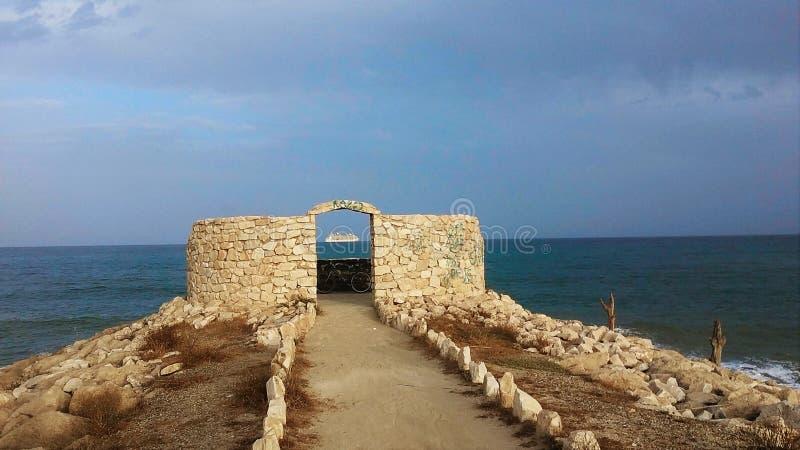 Torre na praia imagens de stock
