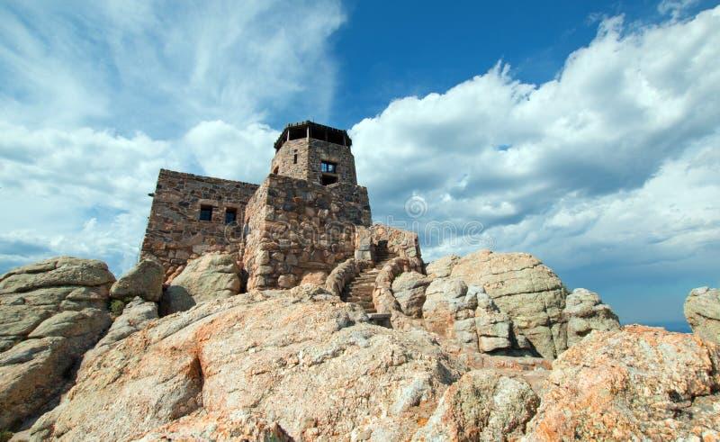 Torre negra del puesto de observación del fuego del pico de los alces [conocido antes como pico de Harney] en Custer State Park e imagenes de archivo
