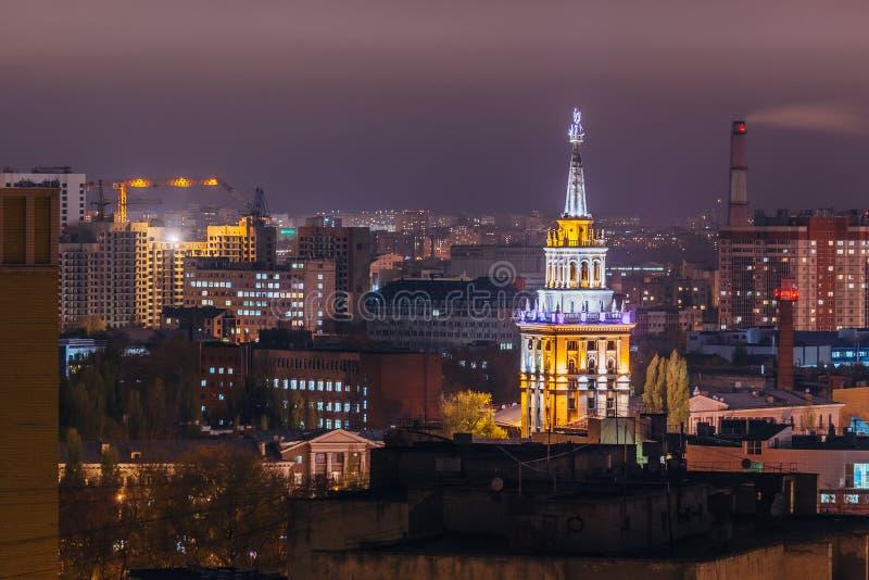 Torre nell'impero stalinista di architettura con la stella illuminata dalle luci colorate alla notte Voronež, Russia immagine stock libera da diritti