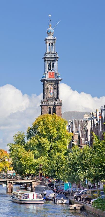 Torre occidental, parte de la iglesia occidental, con el canal y el barco del viaje, Amsterdam fotos de archivo