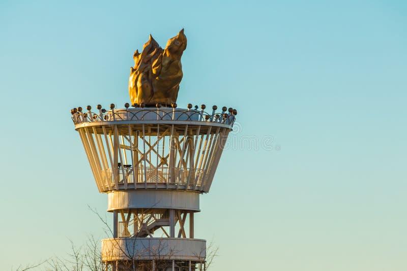 Torre olimpica della torcia di Atlanta sui precedenti del cielo immagine stock