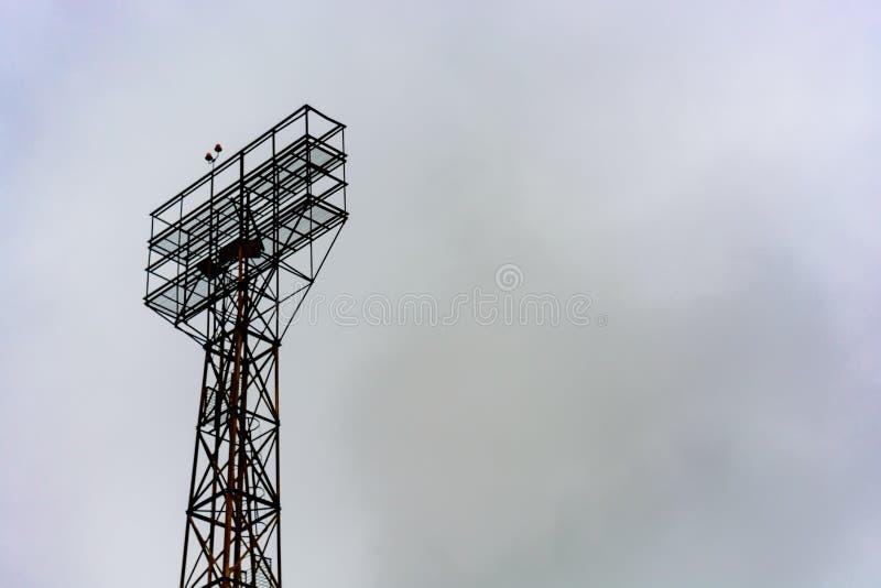 Torre para holofotes no estádio fotografia de stock royalty free