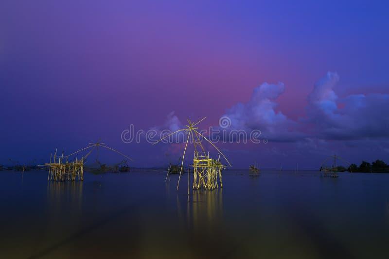 Torre para ideias do por do sol e do nascer do sol do panorama em Thale Noi em Phatthalung, Tailândia fotografia de stock