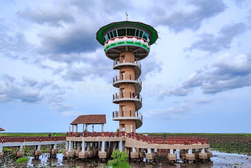 Torre para las vistas de la puesta del sol y de la salida del sol del panorama en Thale Noi en Phatthalung, Tailandia foto de archivo