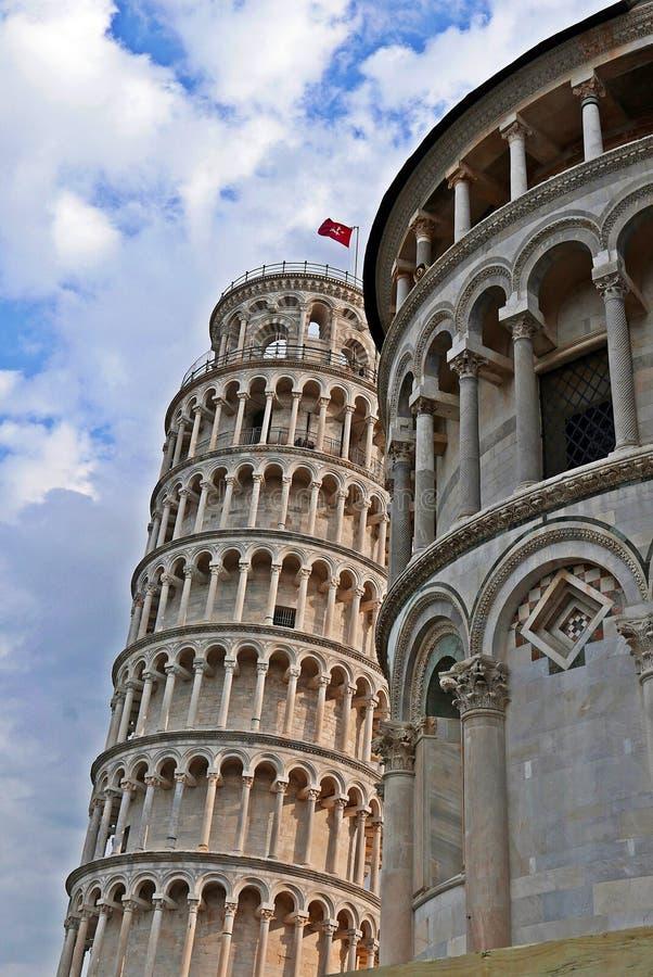 Torre pendente di Pisa dietro la cattedrale di Pisa immagine stock libera da diritti