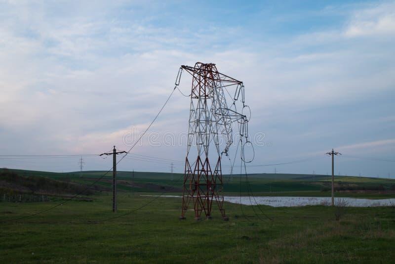 Torre piegata di elettricità dopo la tempesta fotografie stock libere da diritti