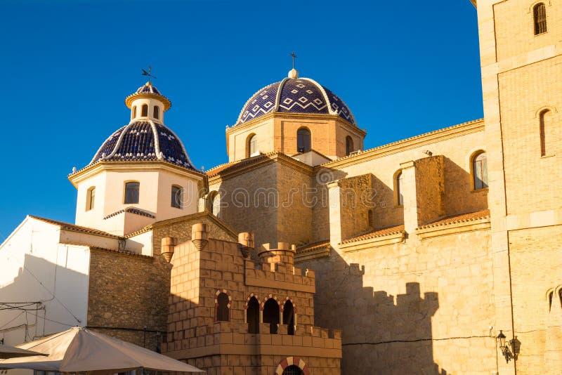 Torre potente, puerta vieja a la ciudad contra el cielo azul fotos de archivo libres de regalías