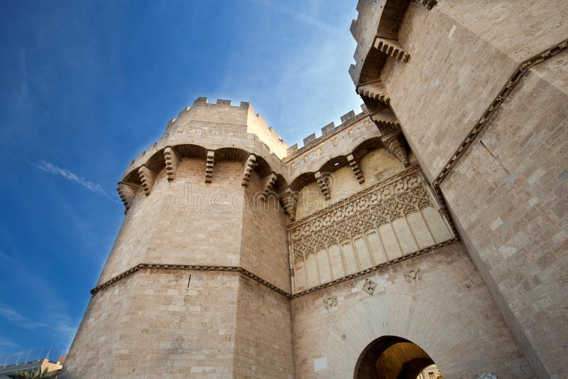 Torre potente, vecchia porta alla città contro il cielo blu fotografia stock