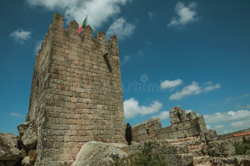 Torre quadrada sobre o monte rochoso em um castelo fotografia de stock