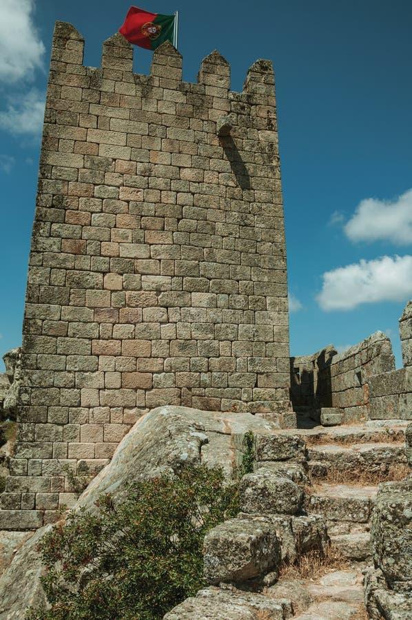 Torre quadrada sobre o monte rochoso em um castelo fotos de stock
