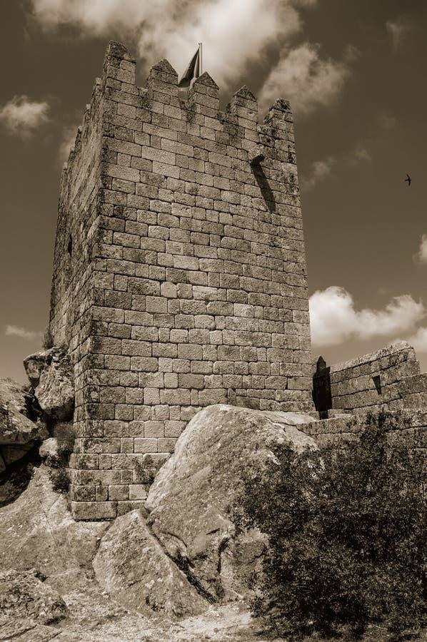Torre quadrada sobre o monte rochoso em um castelo foto de stock