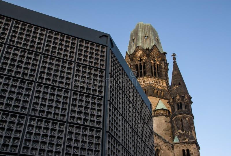 Torre quebrada de Kaiser Wilhelm Memorial Church Gedachtniskirche com a torre de sino na parte dianteira - a igreja não era recon imagens de stock