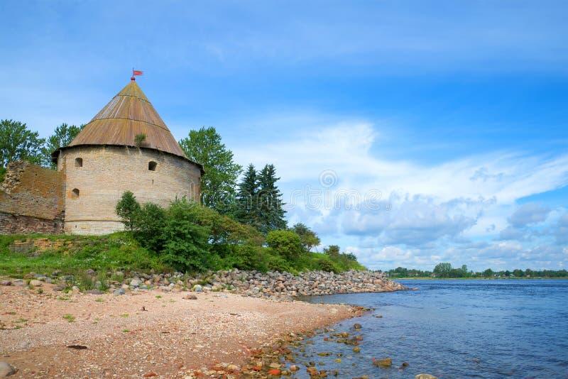 Torre real en los bancos del río de Neva Fortaleza de Oreshek Región de Leningrad, Shlisselburg, Rusia fotografía de archivo libre de regalías