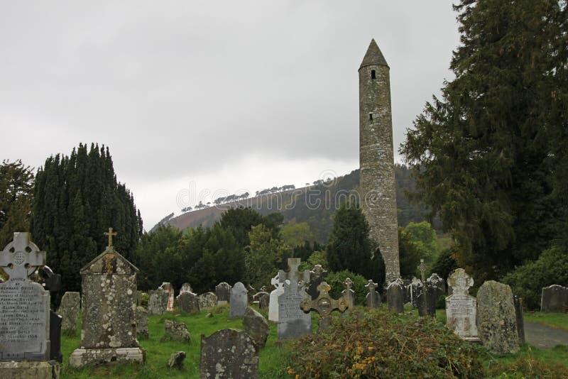 Torre redonda de Glendalough e o parque nacional das montanhas de Wicklow fotos de stock