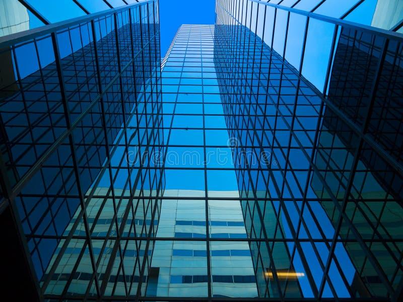 Torre reflejada alta de la oficina fotografía de archivo