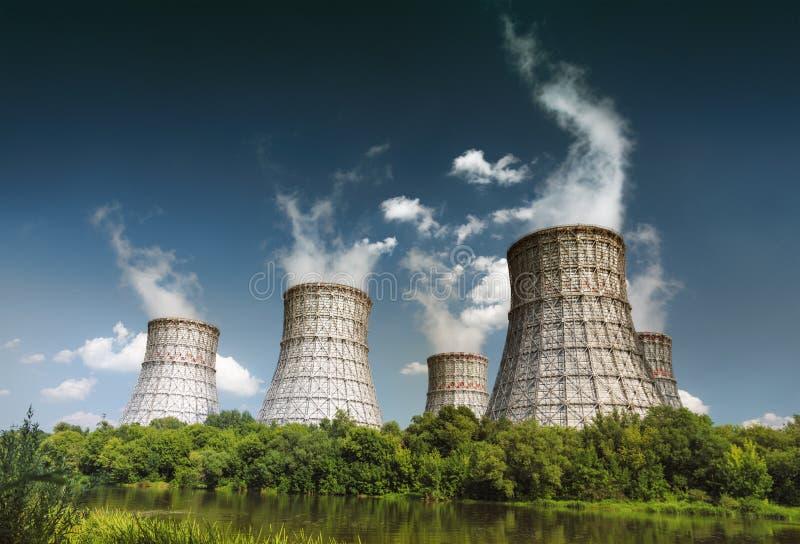 Torre refrigerando de um central nuclear foto de stock royalty free