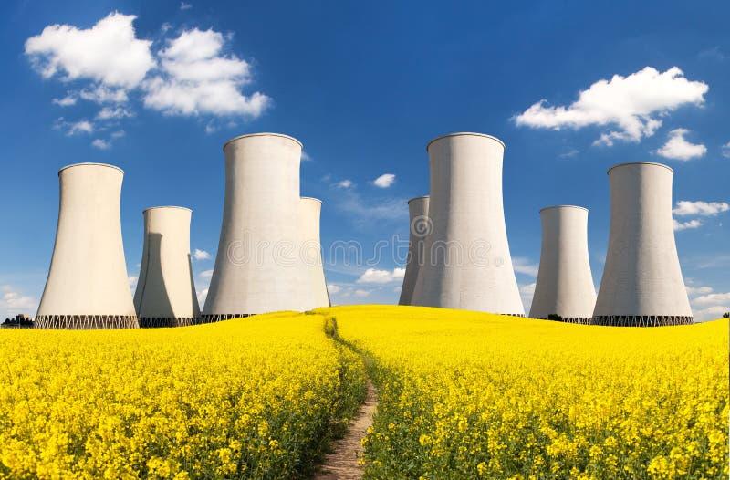 Torre refrigerando do central nuclear do campo de Rapesed foto de stock royalty free
