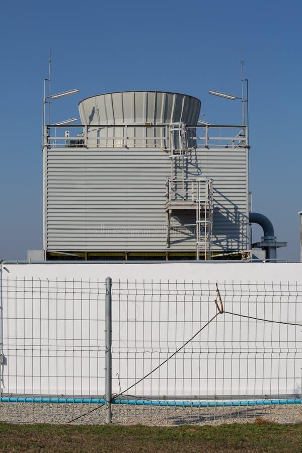 Torre refrigerando na planta industrial foto de stock