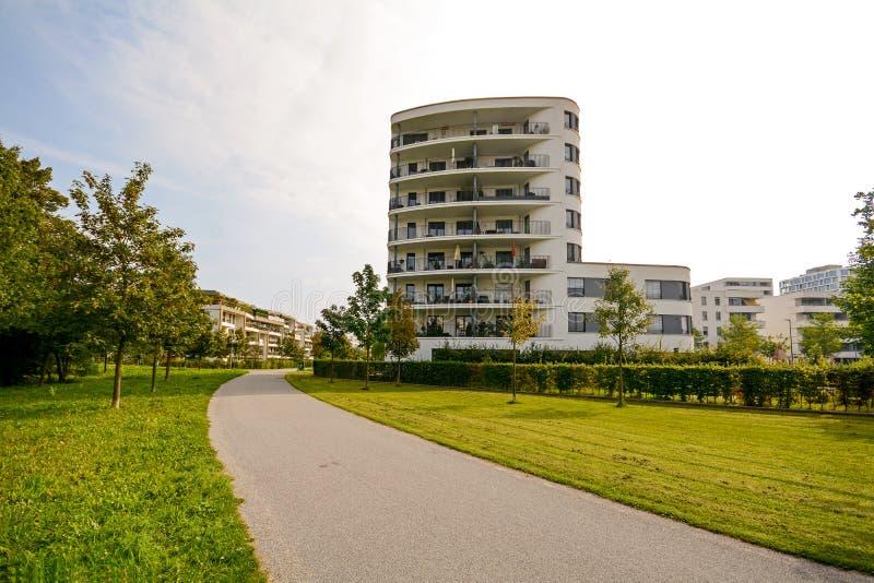 Torre residencial moderna, construcción de viviendas en un nuevo desarrollo urbano fotos de archivo libres de regalías