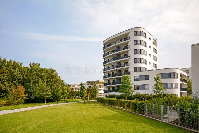 Torre residencial moderna, construcción de viviendas en un nuevo desarrollo urbano foto de archivo libre de regalías