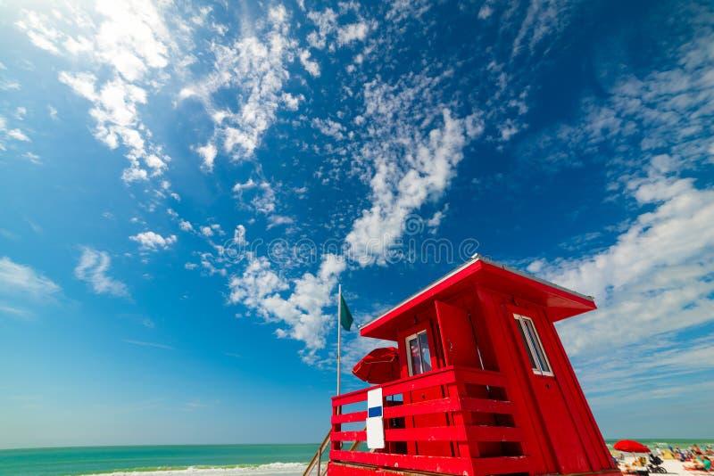 Torre roja del salvavidas en la playa dominante de la siesta fotos de archivo libres de regalías