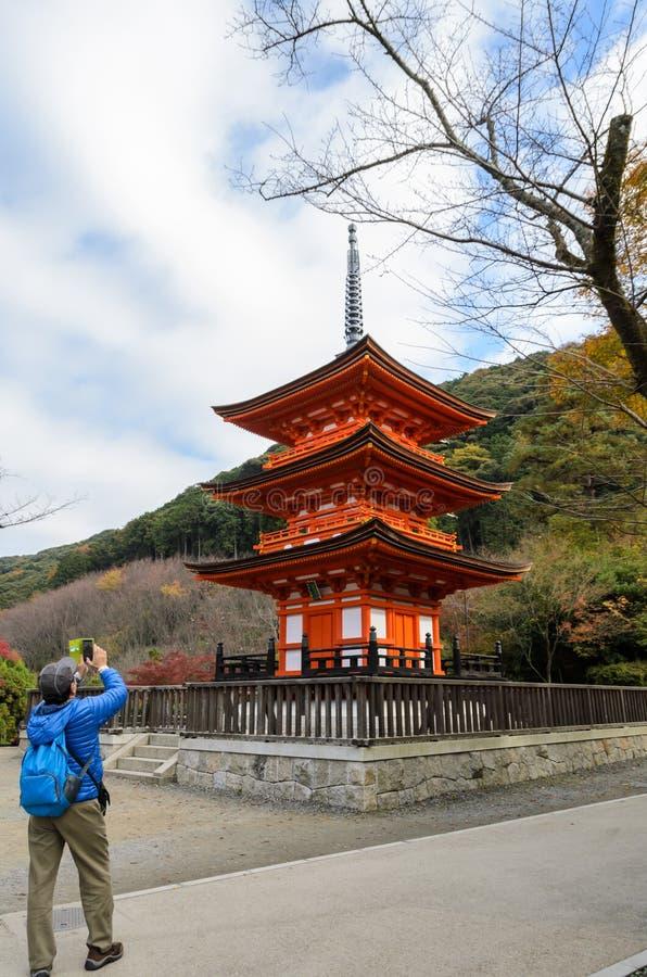 Torre rossa della pagoda in tempio di Kiyomizu a Kyoto, Giappone fotografia stock