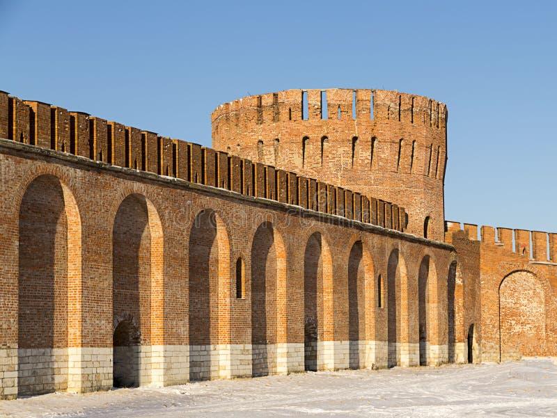 Torre rotonda incurvata della città russa forte del mattone della parete grande con un tetto merlato Smolensk, Russia, gennaio 20 immagine stock libera da diritti