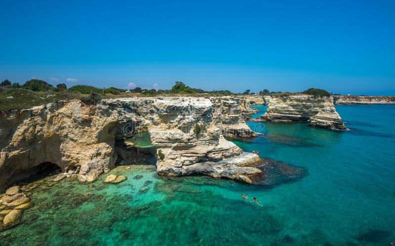 Torre Sant'Andrea, Rotsachtig strand in Puglia, Italië stock afbeeldingen