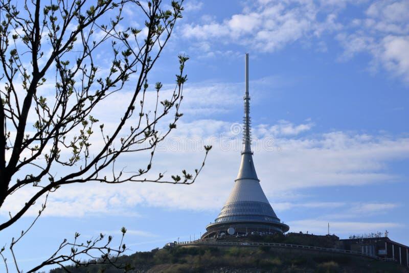 Torre scherzata, attrazione turistica vicino a Liberec in repubblica Ceca, Europa, torre di trasmissione televisiva immagini stock libere da diritti