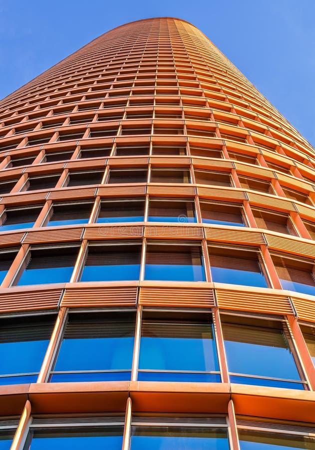 Torre Sevilla od poziom terenu z niebieskim niebem i obraz stock