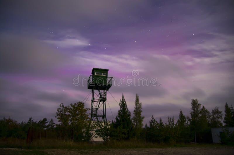 Torre sola dell'orologio con l'orsa maggiore e l'aurora fotografie stock libere da diritti