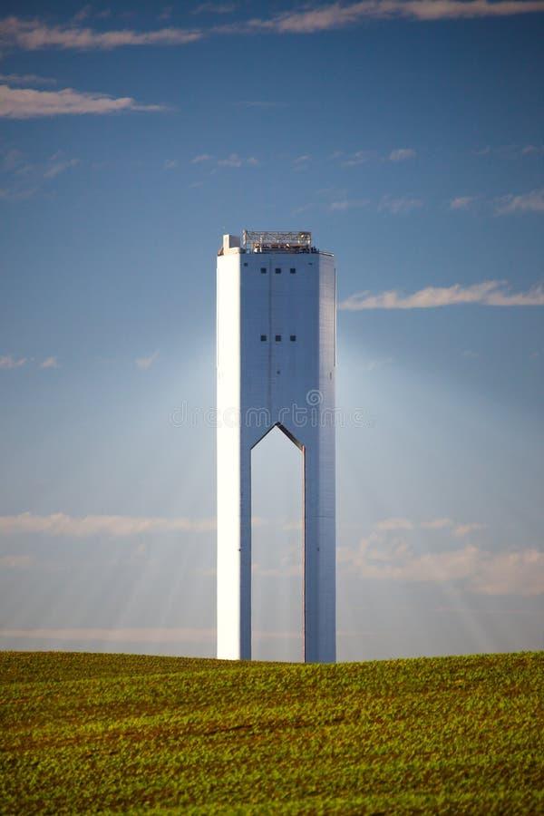 Torre solar com raios - poder thermo-solar - céu azul e verde foto de stock royalty free